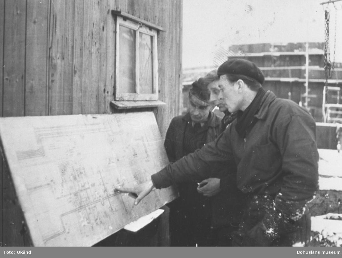 """Text till bilden: """"Günther Krewer, Hans Sachau, Franz Schwaia läser en ritning,  ca 1954""""."""