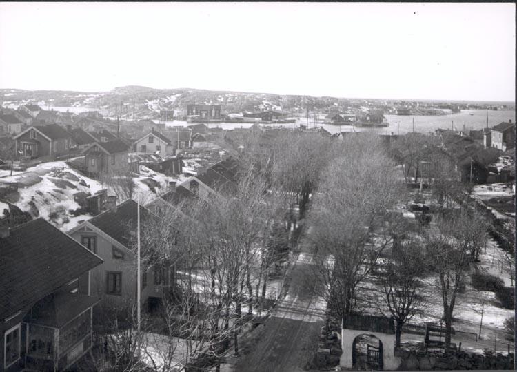 """Notering på kortet: """"Gravarne"""". """"G. FR. KYRKTORNET. MOT NV."""" """"FOTO (C61) DAN SAMUELSON 1924. KÖPT AV DENS. DEC. 1958""""."""
