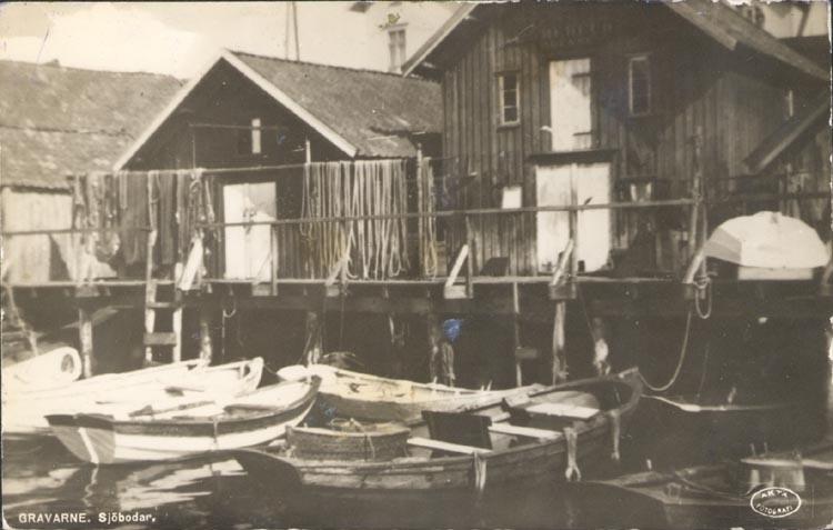 """Tryckt text på kortet: """"GRAVARNE. Sjöbodar"""". Notering på kortet: """"Sjöbodar innanför Fiskekär ca 1930""""."""