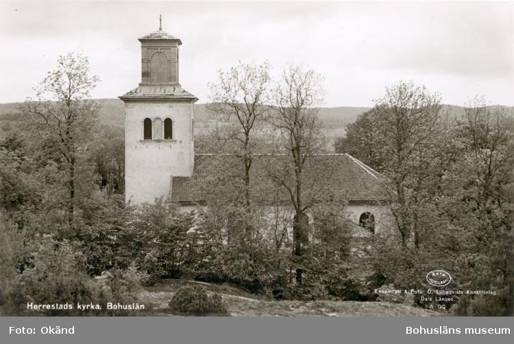 """Tryckt text på kortet: """"Herrestads kyrka, Bohuslän"""". """"Ensamrätt & Foto: O. Lilljeqvists konstförlag Dals Långed"""". """"29 AUG. 1955""""."""