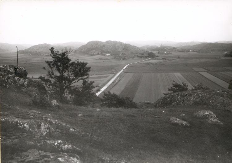 """Noterat på kortet: """"VALSÄNG KLÖVEDAL SN. TJÖRN"""". """"V. FR. KLÖVEDALS KYRKA"""". """"FOTO (D15) DAN SAMUELSON 1924. KÖPT AV DENS. DEC. 1958""""."""