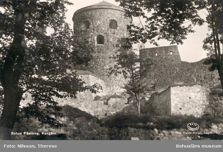 """Tryckt text på kortet: """"Bohus Fästning Kungälv"""". """"21 OKT. 1956"""".   ::"""