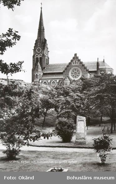 """Tryckt text på kortet: """"LYSEKIL. Kyrkan och minnesstenen av den gamla kyrkan"""". """"21 AUG. 1959""""."""
