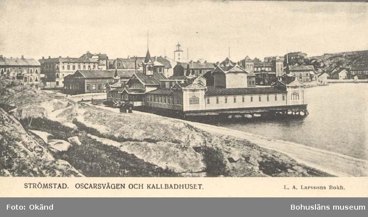 """Tryckt text på kortet: """"Strömstad. Oscarsvägen och Kallbadhuset."""" """"L. A. Larssons Bokh."""""""