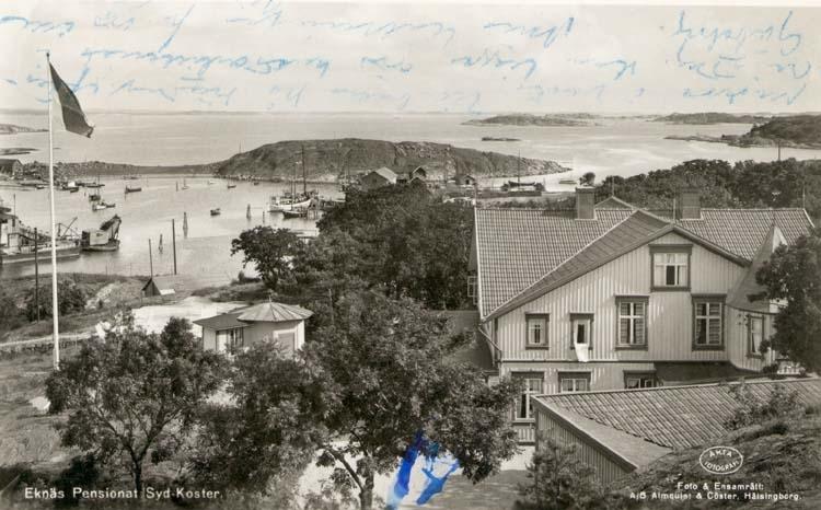 """Tryckt text på kortet: """"Ekenäs Pensionat Syd-Koster."""" """"Foto. & ensamrätt: A/B Almqvist & Cöster, Hälsingborg."""" """"Strömstads Bokhandel, Strömstad."""""""