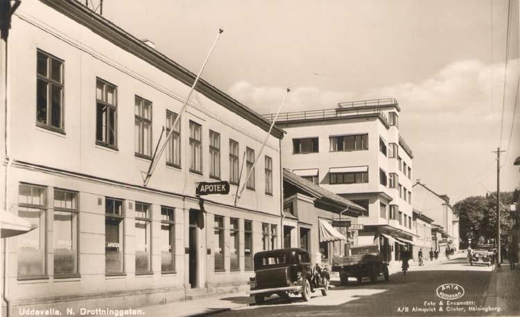 """Tryckt text på kortet: """"Uddevalla. Norra Drottninggatan."""""""