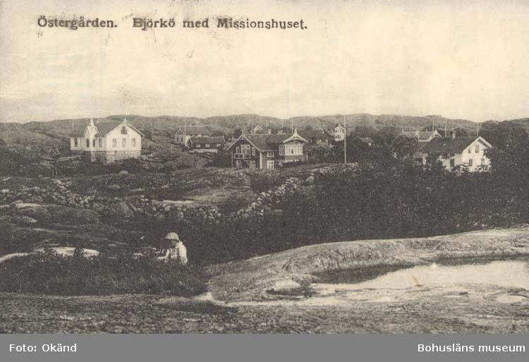 """Tryckt text på kortet: """"Östergården. Björkö med Missionshuset."""" ::"""