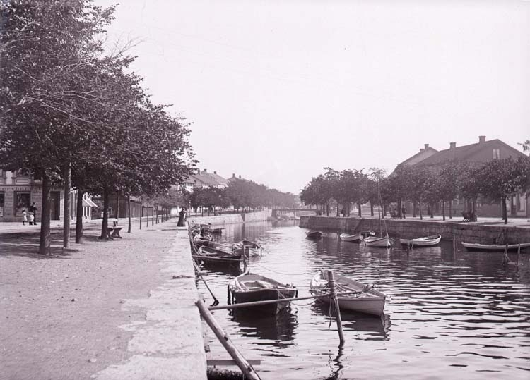 En kanal i Strömstad. ::