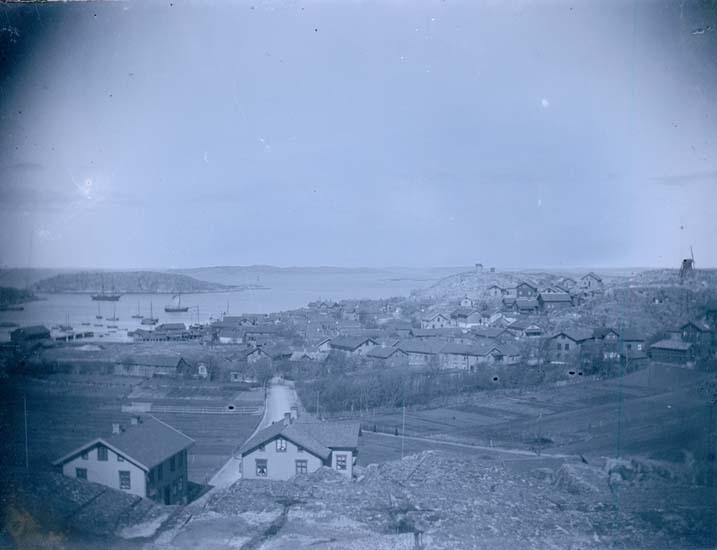 """Enligt text som medföljde bilden: """"Lysekil. Gamla Köpingen från Flaggberget 1897."""""""