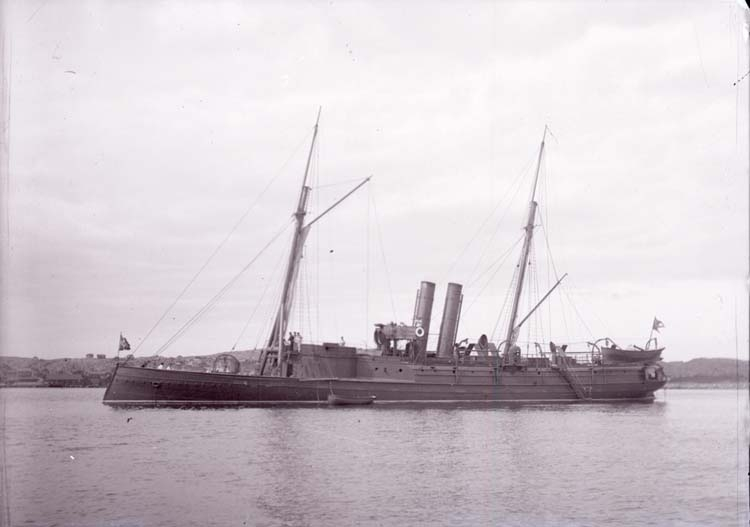 """Enligt text som medföljde bilden: """"Lysekil, kanonbåten Skäggald 24/8 02""""."""