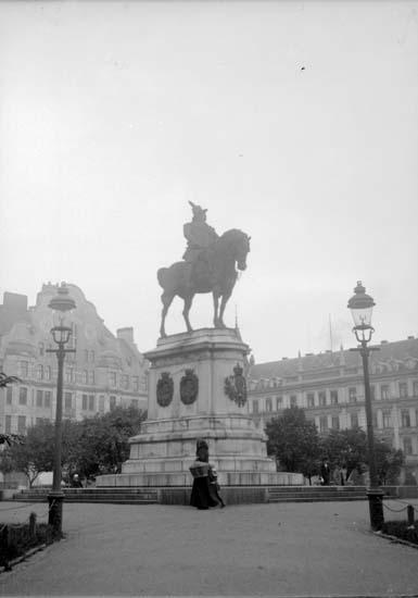 """Enligt text som medföljde bilden. """"Malmö. Carl X Gustafs staty 2/9 08."""" ::"""