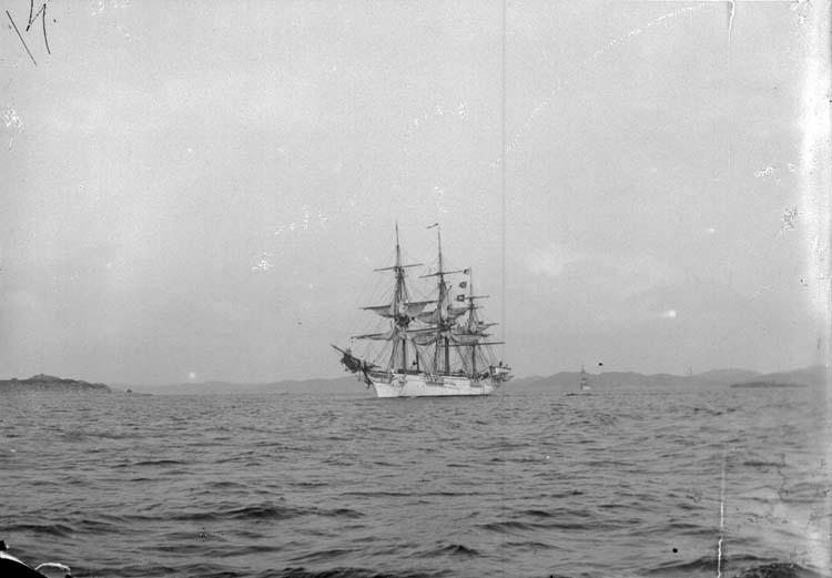 """Enligt text som medföljde bilden: """"Skeppet Najaden till segels Aug. 07 Lysekil."""""""