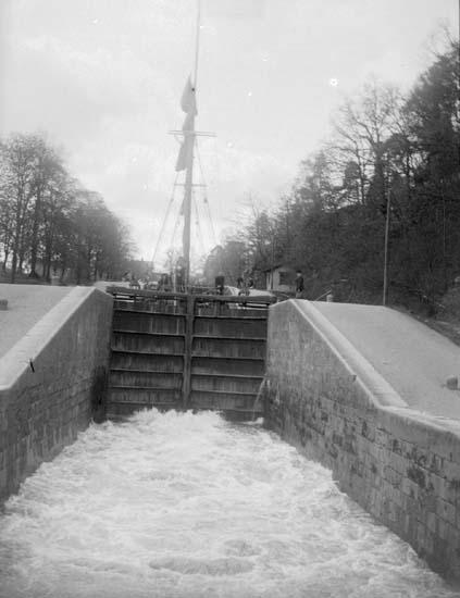 """Trollhättan. Slussning vid de nya slussarne. 22 maj 1899"""
