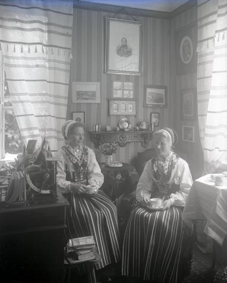 """Enligt text som medföljde bilden: """"Anna och Karin Liss arbetsfolk i Lysekil""""."""