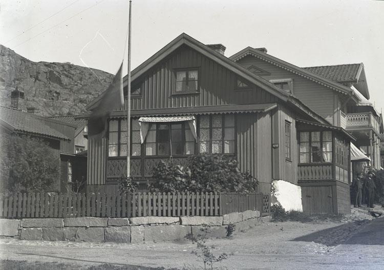 """Enligt text som medföljde bilden: """"Thilda Nilsson hus i Kyrkvik 1899."""" ::"""