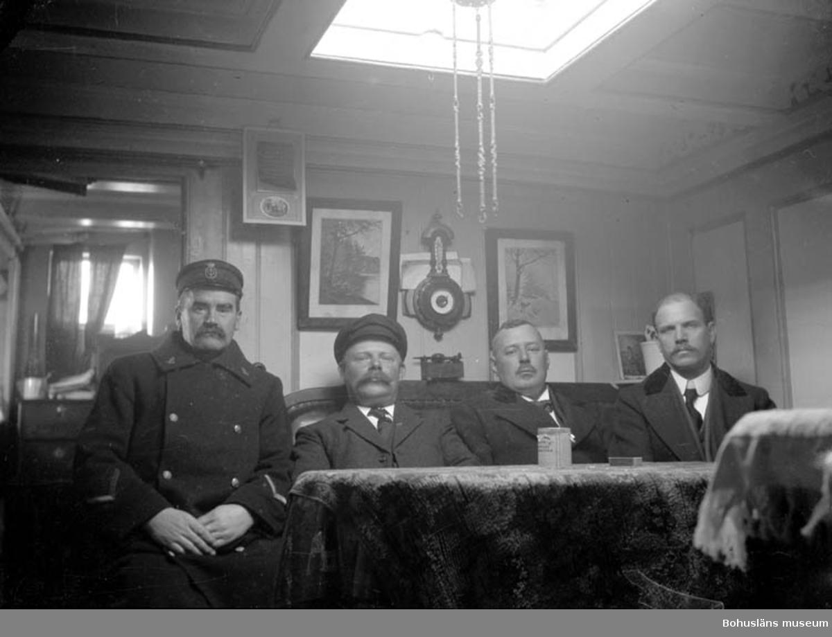 """Text till bilden: """"Fyra officerare i kajutan""""."""