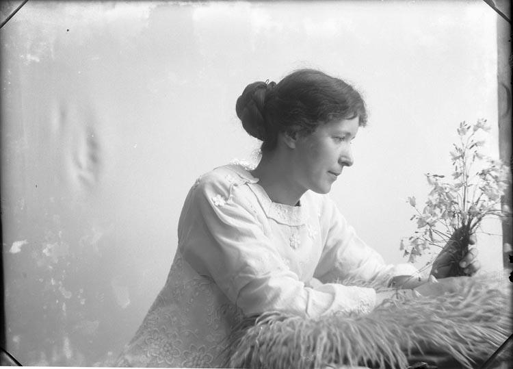 """Enligt fotografens anteckningar: """"Sömmerskan Tekla Hermansson Önnebacka omk. år 1919""""."""