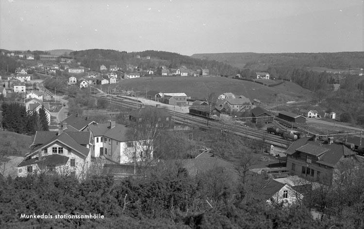 "Enligt fotografens anteckningar: ""Munkedals Järnvägsstation omkring 1938""."