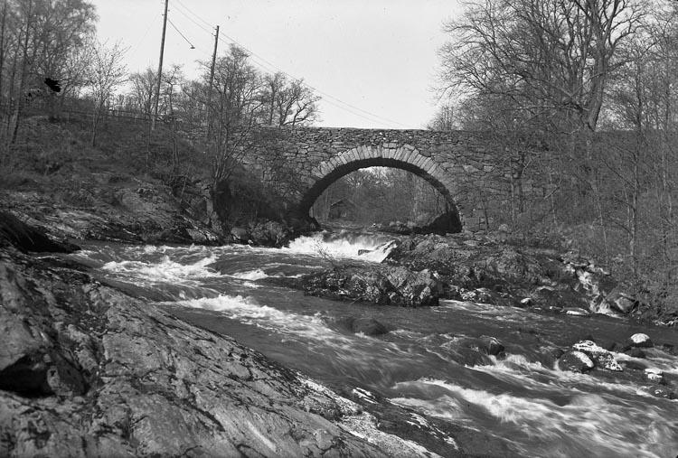"""Enligt fotografens noteringar: """"1955. Bron vid Herrgården."""""""