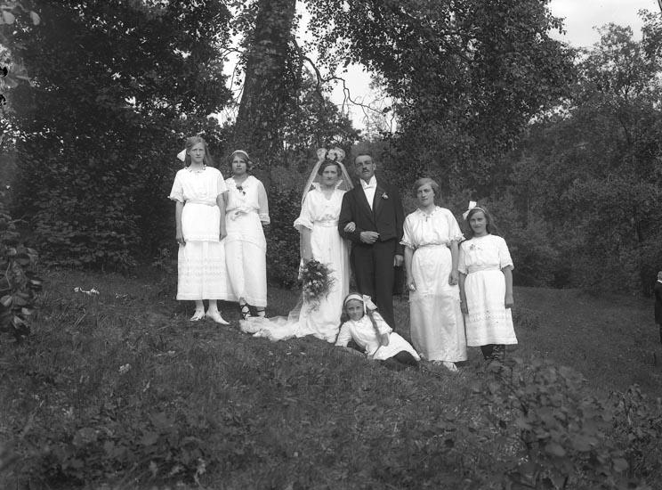 "Enligt fotografens noteringar: ""Omkring år 1912? Brudpar Bjelke. Bruden Astrid. Bröllop i Kvistrum."""