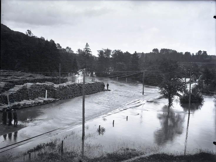 """Öfversvämning 1926. Hängbron Munkedal."""