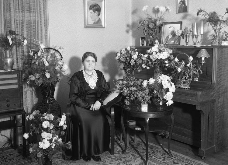 """Text som medföljde bilden: """"1940. 11. Fru Klara Grundbergs 70-årsdag. Munkedal."""""""