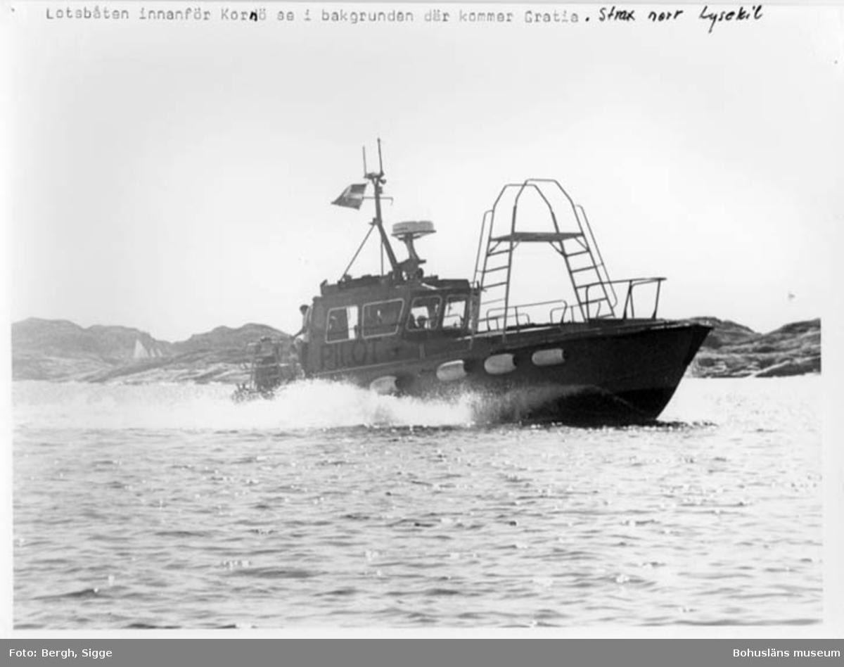 """Enligt text på fotot: """"Lotsbåten innanför Kornö se i bakgrunden där kommer Gratia. Strax norr Lysekil""""."""