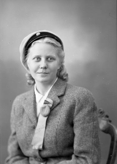 """Enligt fotografens journal nr 7 1944-1950: """"Stehr, Fr. Nina Här""""."""