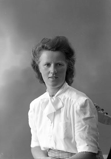 """Enligt fotografens journal nr 7 1944-1950: """"Häggström, Fr. Stina""""."""