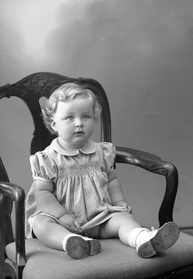 """Enligt fotografens journal nr 7 1944-1950: """"Kjellman, Ingela adr. Svante Svensson, Här""""."""