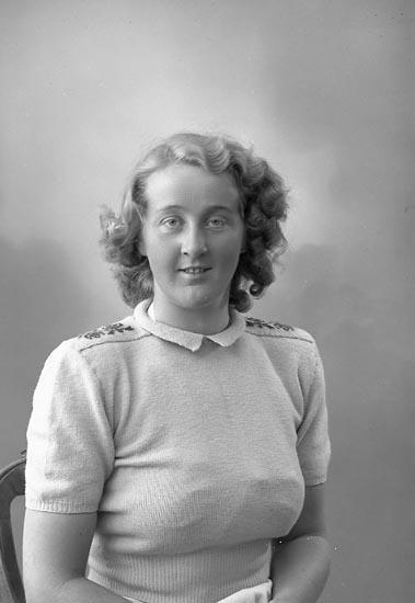 """Enligt fotografens journal nr 7 1944-1950: """"Johansson, Fr. Inga Lisa Änghagen Ödsmål""""."""