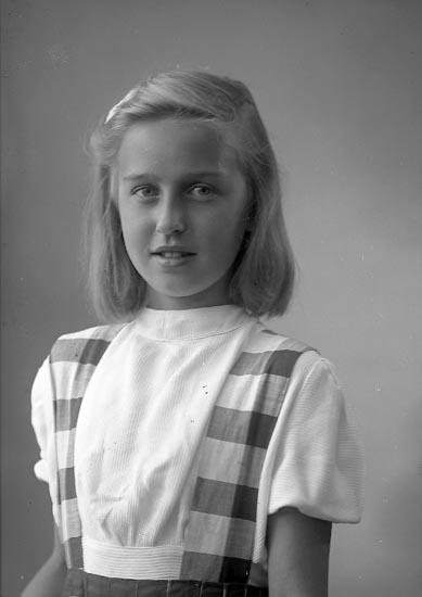 """Enligt fotografens journal nr 7 1944-1950: """"Löfberg, Fr. Ella Bergastrand Höviksnäs""""."""