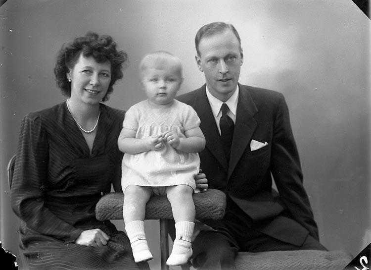 """Enligt fotografens journal nr 7 1944-1950: """"Göthlén, Notarie Stenungsund""""."""