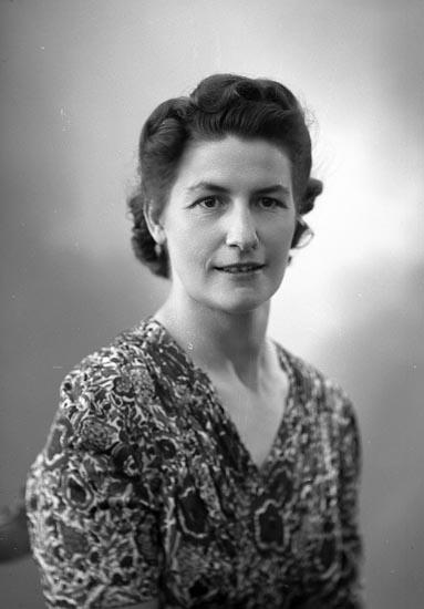 """Enligt fotografens journal nr 7 1944-1950: """"Kristiansson, Fr. Sofie Stenungsund""""."""