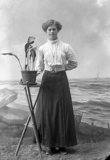 "Enligt fotografens journal nr 2 1919-1915: ""Larsson, Emilia Halleby Jörlanda""."