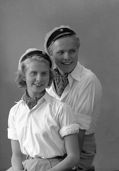 """Enligt fotografens journal nr 8 1951-1957: """"Strandberg, Ingvar o Birgit Här""""."""