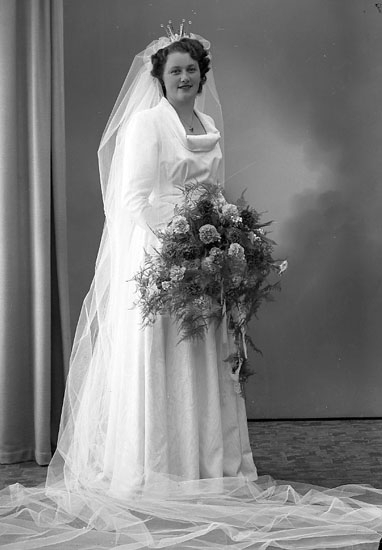 """Enligt fotografens journal nr 7 1944-1950: """"Larsson, Herr Harry Bruden Kungälv""""."""