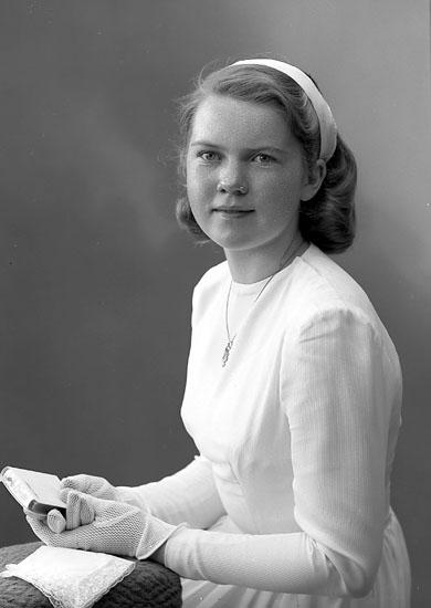 """Enligt fotografens journal nr 7 1944-1950: """"Larsson, Ann-Marie V. Harås Spekeröd""""."""