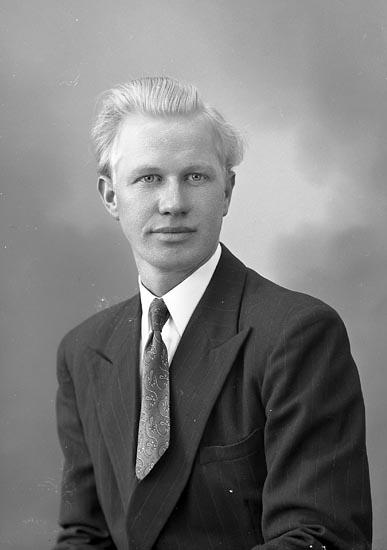 """Enligt fotografens journal nr 8 1951-1957: """"Eliasson, Herr Torsten Krokslycke St. Höga""""."""