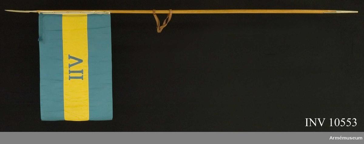 Grupp B I.  Tecknet är sytt i blå och gula längsgående fält av siden. Gult fält i mitten, blå på sidorna. Broderad med blått silke på det gula mittfältet: VII. Fastsättes med snodd av blått silke genom att dra snodden igenom öglefästen. Sex genomborrade kulknappar. Vidhängande handrem. Stånglängd med bajonettspets 2980 mm.  Samhörande stång m/1907 och fodral.