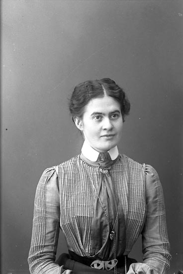 "Enligt fotografens journal nr 1 1904-1908: ""Trotzig, Fr. Märtha Kongelf""."