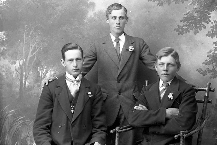 """Enligt fotografens journal Lyckorna 1909-1918: """"Gillberg, Kurt Lyckorna"""". Enligt fotografens notering: """"Kurt Gillberg, den som står i mitten, Lyckorna""""."""