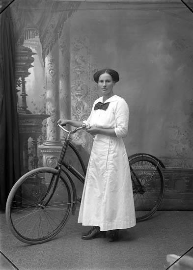 "Enligt fotografens journal Lyckorna 1909-1918: ""Holm, Fr. Judit Breidablick, L-na""."