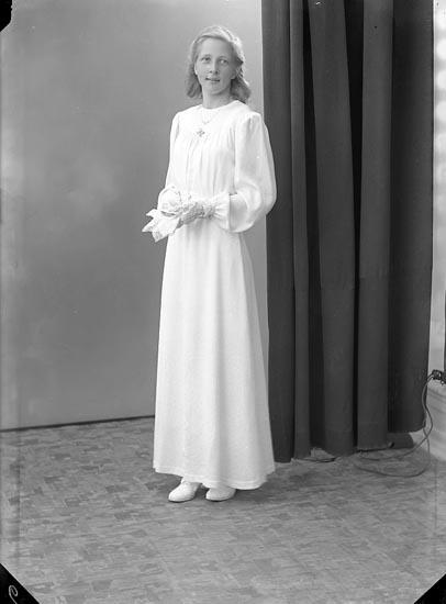 """Enligt fotografens journal nr 6 1930-1943: """"Olsson, Kerstin Hellesdalen Svenshögen""""."""