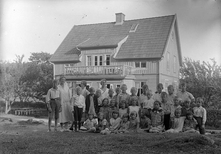 """Enligt fotografens journal nr 5 1923-1929: """"Barnkolonien nr 35 Berg Ödsmål. Fr. Augusta Andersson.""""."""