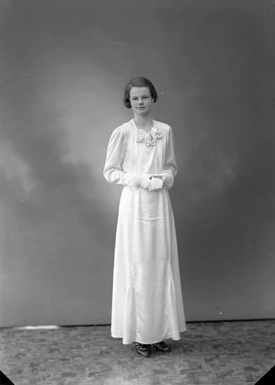 """Enligt fotografens journal nr 6 1930-1943: """"Sandberg, Gunvor Järnvägen Stenungsund""""."""