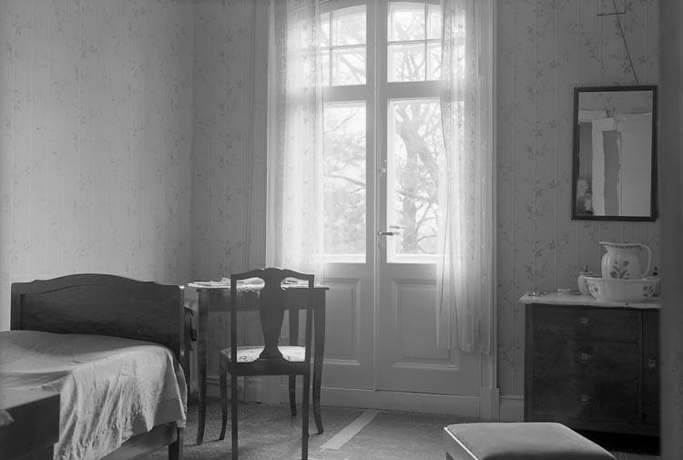 """Enligt fotografens notering: """"D. 26/10 1934 Gästrum. Fröken Bruhn Stenungs pensionat Stenungsund""""."""