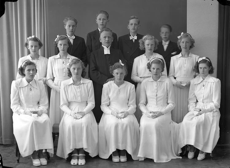 """Enligt fotografens journal nr 7 1944-1950: """"Ödsmåls Konfirmander. Kyrkorherde Norén""""."""