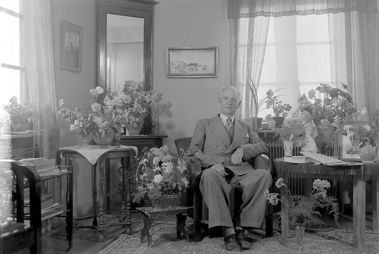"""Enligt fotografens journal nr 7 1944-1950: """"Wik, Folkskollärare Jörlanda 70 årsd.""""."""