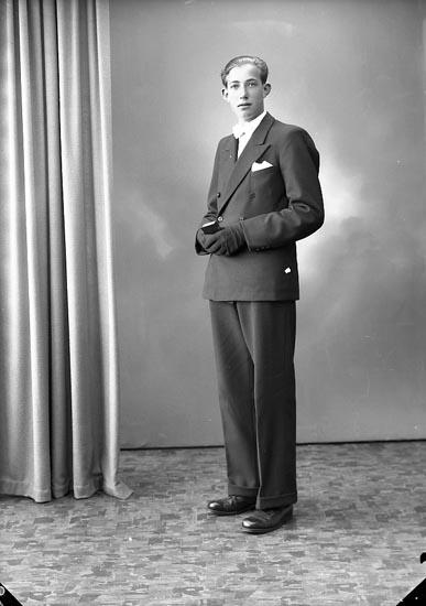 """Enligt fotografens journal nr 7 1944-1950: """"Karlsson, Kenny Videsgärde, Ödsmål""""."""